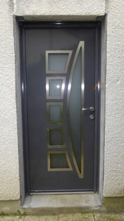 Pose d'une porte d'entrée Enko - Bernard Fromentoux.jpg