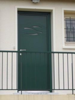 Pose d'une porte d'entrée Eolia - Bernard Fromentoux.jpg